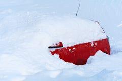 Coche en nieve profunda Imagenes de archivo