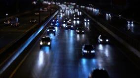 Coche en tráfico por carretera en la noche de la ciudad almacen de metraje de vídeo