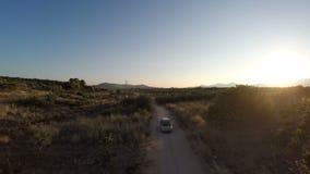 Coche en un camino de tierra entre los campos 1 almacen de video