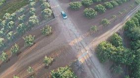 Coche en un camino de tierra entre los campos 2 metrajes