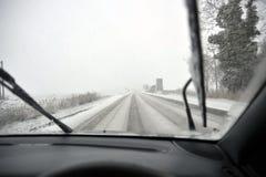 Coche en un camino del invierno Fotos de archivo libres de regalías