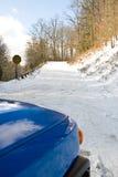 Coche en un camino del invierno Foto de archivo libre de regalías