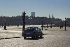 Coche en un cuadrado vacío en París por la tarde foto de archivo