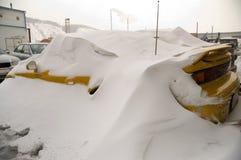Coche en una nieve. Imágenes de archivo libres de regalías