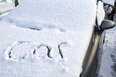 Coche enterrado debajo de nieve Fotografía de archivo