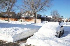 Coche enterrado en nevadas fuertes Fotografía de archivo