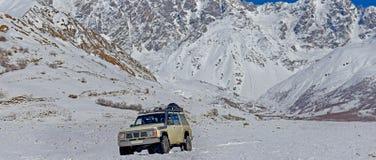 coche entre los tops de la nieve imagenes de archivo