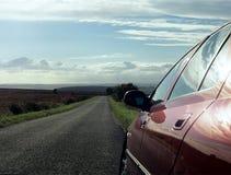Coche estacionado en la carretera nacional. Imagenes de archivo