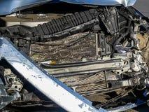 Coche estrellado en el borde de la carretera después de una colisión frontal foto de archivo libre de regalías