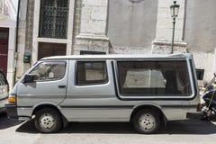 Coche fúnebre parqueado en la calle Imagen de archivo libre de regalías