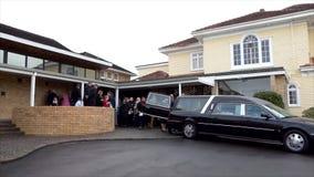 Coche fúnebre que llega o que sale de un entierro almacen de video