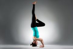 Coche femenino de la aptitud de la yoga que hace la presentación difícil Imágenes de archivo libres de regalías