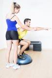 Coche femenino que muestra un ejercicio de la aptitud Foto de archivo libre de regalías