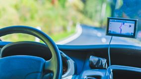 Coche GPS que sigue el dispositivo de la navegación imágenes de archivo libres de regalías