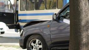 Coche gris quebrado en la avenida después del accidente de carretera coche arruinado después de la colisión almacen de metraje de vídeo