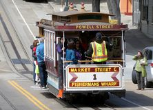 Coche histórico de la calle que transporta a pasajeros en San Francisco, CA imagen de archivo