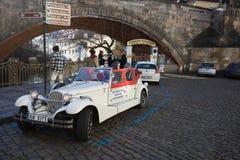 Coche histórico famoso Praga en la calle de Praga Imágenes de archivo libres de regalías
