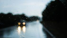 Coche inminente en la lluvia - visión a través de Front Window del coche Foto de archivo