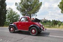 Coche italiano viejo Fiat 500 Topolino fotos de archivo
