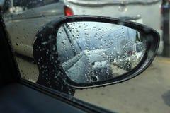 Coche lateral del espejo en tráfico Imágenes de archivo libres de regalías