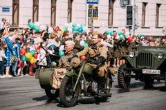 Coche lateral móvil del triciclo, soldados, ametralladora de WW2 Día de la victoria Fotografía de archivo