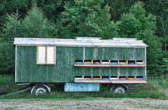 Coche móvil del transporte para la miel de la colmena cerca del bosque Foto de archivo