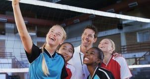 Coche masculino y jugadores de voleibol que toman el selfie con el teléfono móvil 4k almacen de metraje de vídeo