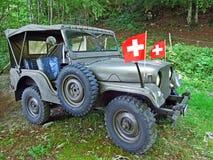 Coche militar viejo del terreno en el bosque alpino de la cordillera de Alpstein imágenes de archivo libres de regalías
