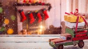 Coche modelo con los presentes en su tejado y fondo borroso de una sala de estar adornada para la Navidad libre illustration