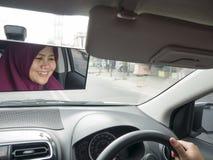Coche musulm?n de se?ora Driving imagen de archivo libre de regalías