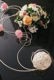 Coche negro con el ramo elegante de la boda transporte d de la boda Imagen de archivo libre de regalías