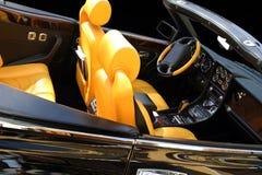 Coche negro con los asientos amarillos Fotografía de archivo