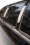 Coche negro de la limusina con el vidrio del espejo. Imágenes de archivo libres de regalías