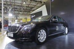 Coche negro de la s-clase de Mercedes Imagenes de archivo