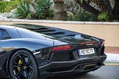 Coche negro de Lamborghini en la calle imagenes de archivo