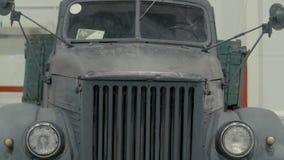 Coche negro del vintage, que se colocan en la sala de exposición del coche