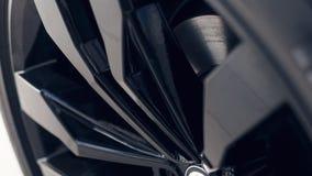 Coche negro moderno de las ruedas del primer Detalle del coche Foco suave fotos de archivo