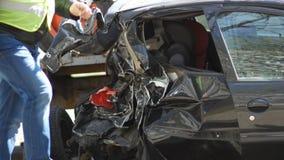 Coche negro quebrado en la avenida después del accidente de carretera coche arruinado después de la colisión almacen de video