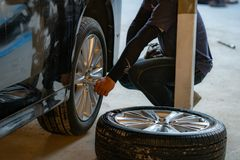 Coche negro, rueda quebrada, explosión del neumático, neumático quebrado imagen de archivo
