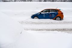 Coche nevado del servicio del coche compartido de Moscú Foto de archivo