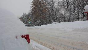 Coche nevado en el borde de la carretera metrajes