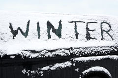 Coche nevado en invierno foto de archivo libre de regalías