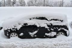 Coche nevado en Moscú imagen de archivo libre de regalías