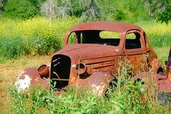 Coche oxidado abandonado Imágenes de archivo libres de regalías
