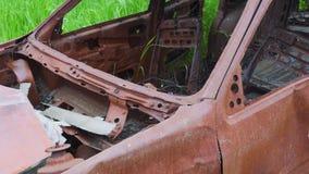 Coche oxidado abandonado viejo arruinado por la corrosión almacen de video
