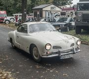 Coche oxidado clásico Volkswagen Karman Ghia imagenes de archivo
