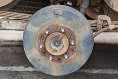 Coche oxidado del eje de rueda imagenes de archivo