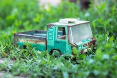 Coche oxidado del juguete en la hierba Fotos de archivo libres de regalías