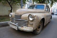 Coche oxidado viejo con una linterna quebrada foto de archivo