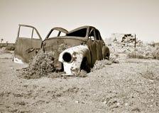 Coche oxidado viejo en el desierto Foto de archivo